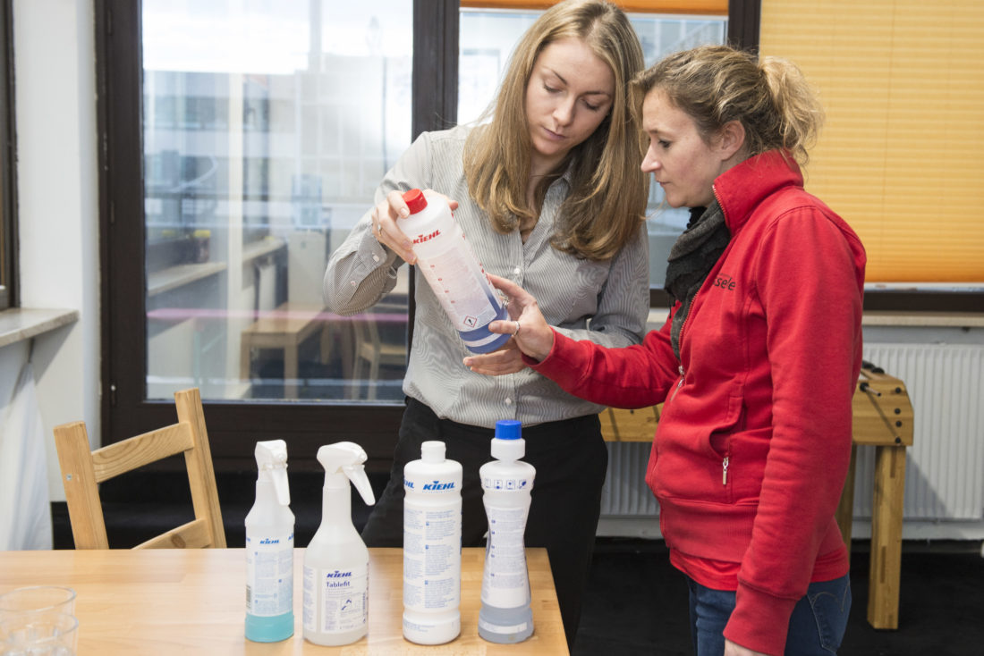Bianca Wasserle von der Gebäudereinigung Wasserle aus München bei der Einarbeitung einer Mitarbeiterin in München Pasing